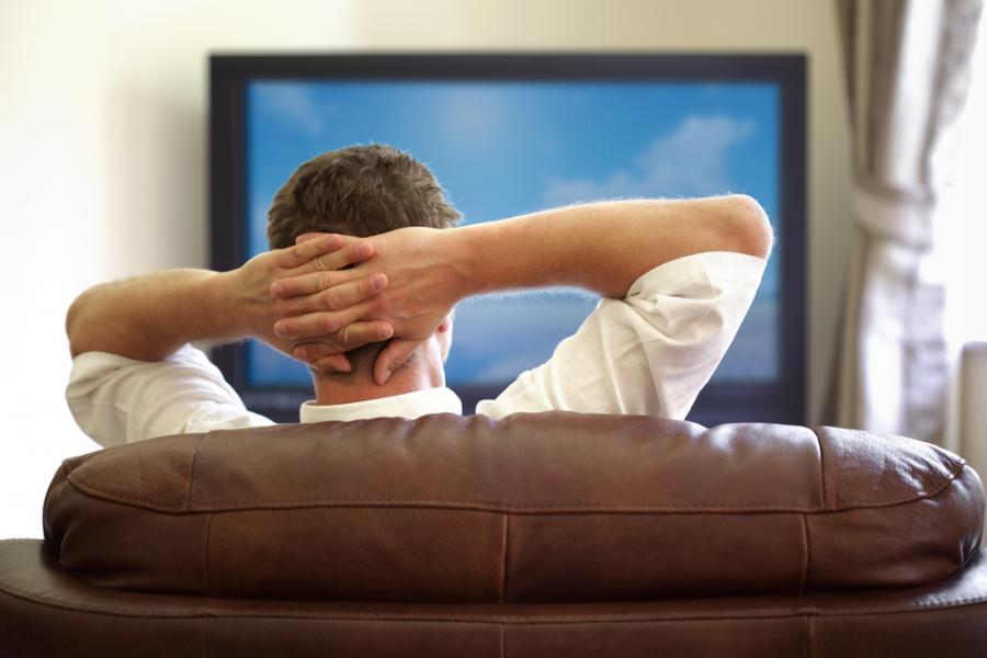 3793406-mezczyzna-przed-telewizorem-900-600